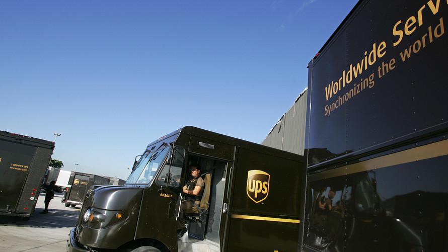 假期运输量激增 联合包裹办公室文员派送包裹