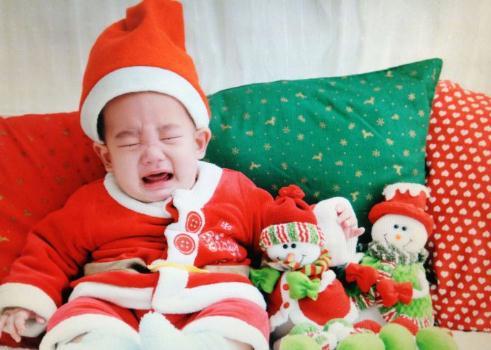应采儿晒jasper婴儿照 穿着圣诞老人的衣服萌炸了!