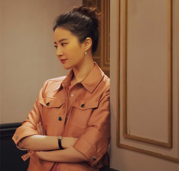 刘亦菲携戴比尔斯枕形黄钻耳环优雅亮相《二代妖精》深圳路演