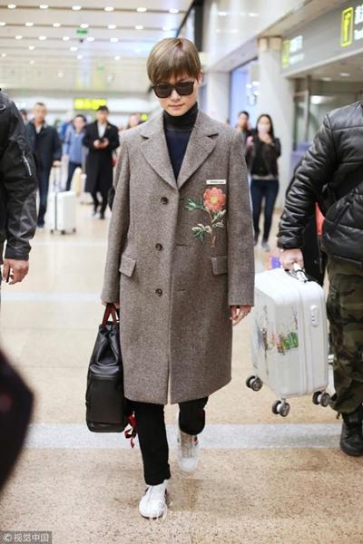 明星服装流行趋势示范 刺绣大衣才是你的必备单品