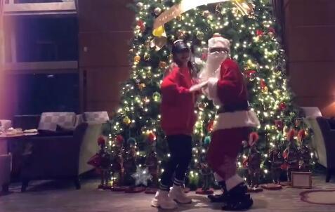 罗志祥陪女友跳舞 化身成圣诞老人太甜蜜了!