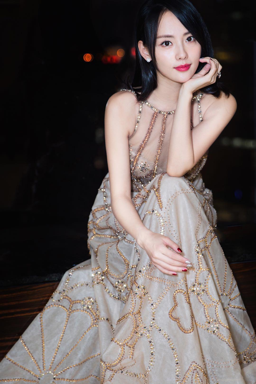 张嘉倪一袭金色长裙携手戴比尔斯珠宝甜美亮相2017美妆V赏