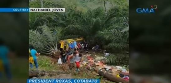 菲律宾车辆坠入18米悬崖 致8死多伤