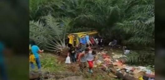 菲律宾车辆坠18米高悬崖 导致8人死亡多人受伤