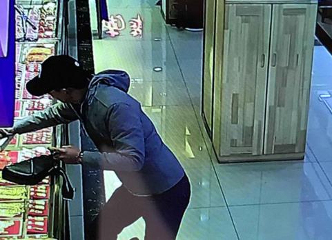突发!南京一珠宝店发生劫案 嫌犯手持辣椒水喷射抢走金项链