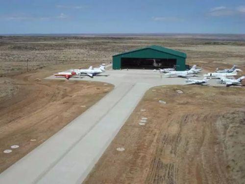 庄园内有私人机场。不是那种一小块的停机坪,而是一个真正的飞机场,飞机场占地53万平方英尺(约5万平方米)有一栋公寓,供飞行员住宿和休息。
