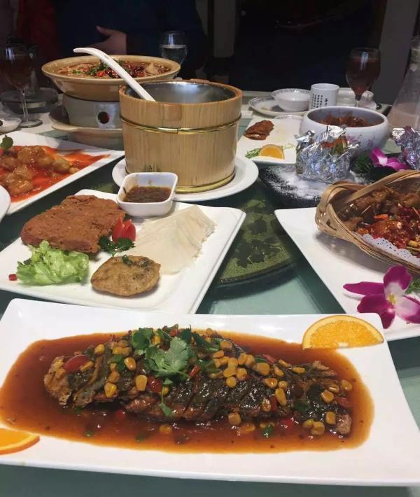 新人办婚宴连上28道素菜 每桌价格在2000元左右