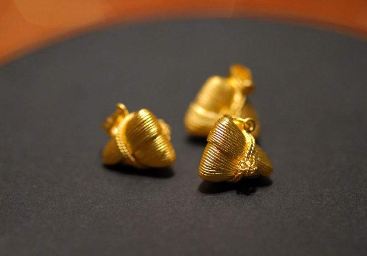 据报道,江苏连云的陈小姐去年国庆节结婚时,老妈送了一条黄金手链,戴了近一年,不久前拿去一家珠宝加工店清洗抛光。然而在取回手链戴在手上时,她总感觉手链变细了,遂放在珠宝加工店前台的台秤上称一称,结果发现少了两克重。