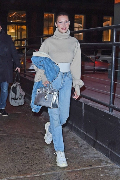"Bella Hadid纽约街拍示范 脚踏""爸爸鞋""吸睛无数"
