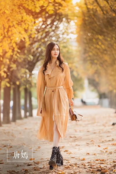 唐嫣最新街拍造型示范 一件风衣足以让你时髦四季
