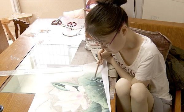 这个女画家双手只能移动5厘米 画作拍卖30万全部捐出