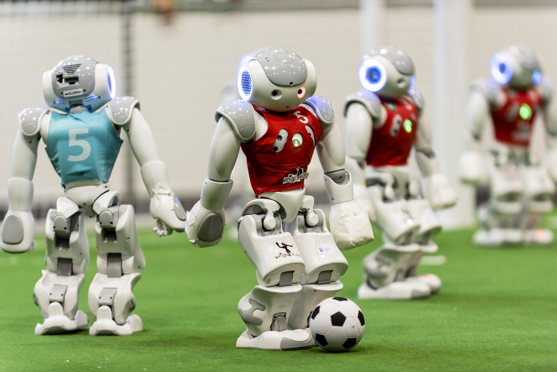 当地时间2017年7月27日,日本名古屋,来自世界各地的机器人代表队正参加2017国际机器人锦标赛。来自40个国家和地区的大约400支队伍在足球、紧急救援和家务等比赛中加入机器人。
