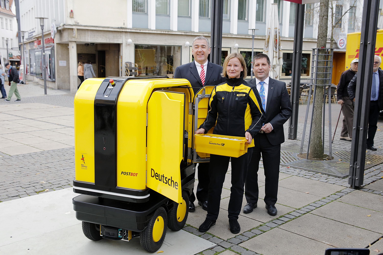 在德国街头提供送货服务的地面机器人,DHL希望通过其能在途中为邮政工作者提供帮助。DHL本月早些时候与德国巴赫斯菲德(Bad Hersfeld)镇镇长一起宣布,将在六个星期的试点项目中测试DHL的PostBOT机器人。