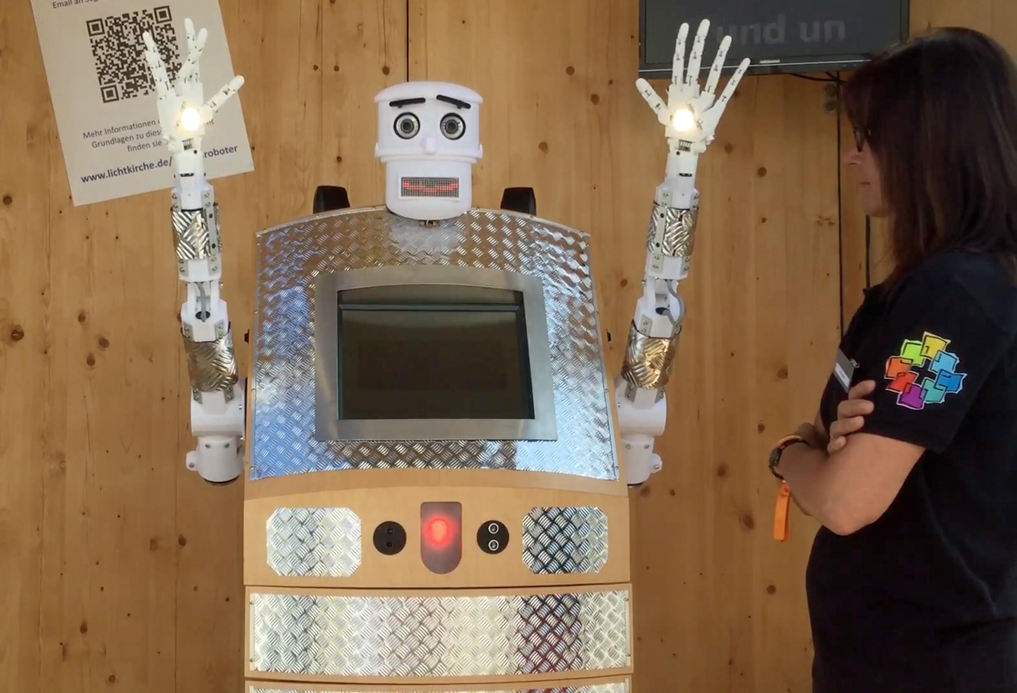"""2017年6月1日,位于德国维滕贝格的Hesse and Nasaau新教教堂将迎来一位奇特的牧师——名叫""""BlessU-2""""的机器人牧师,这为机器人牧师精通德、英、法、西班牙语和波兰语五种语言,可供教徒自行选择,除此之外,教徒还可根据个人爱好,选择男声或女声。"""