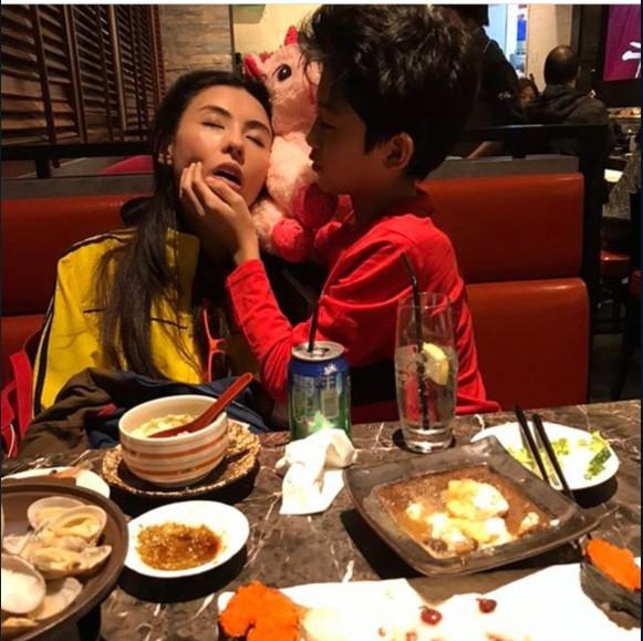 张柏芝吃饭睡着了 大儿子的动作太让人暖心