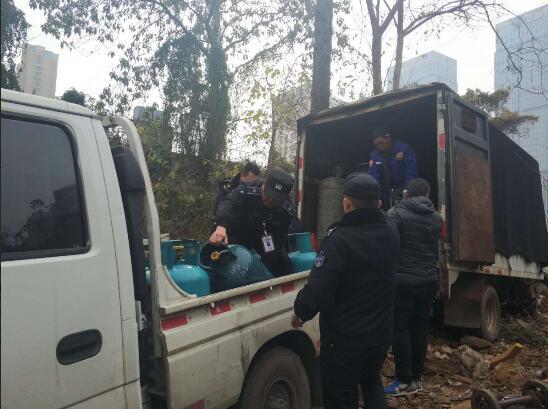 武昌日前发现液化气违法储藏点 消防员立刻转移安全隐患