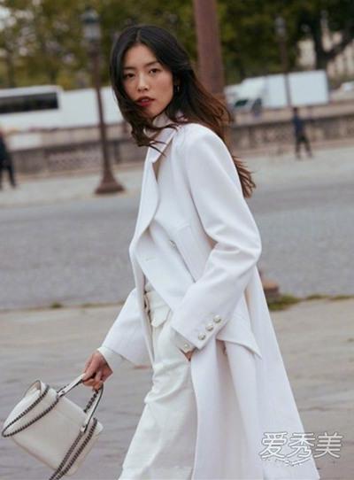 刘雯最新街拍造型示范 白色大衣+复古雪纺衬衫华丽又优雅