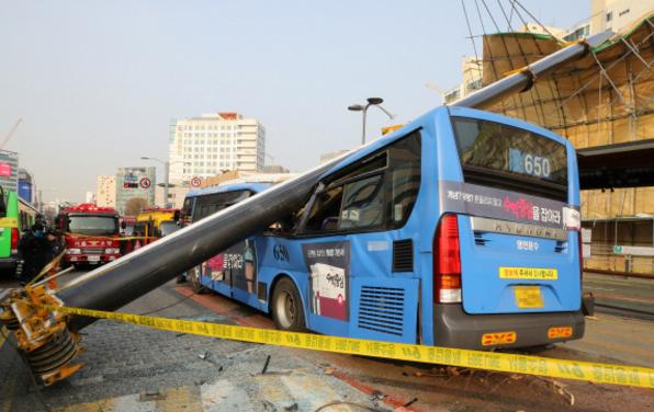 首尔一塔吊砸中公交 车顶变形四人受伤