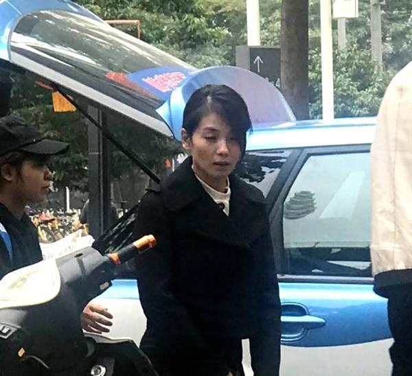 从网友拍到的图片来看,刘涛的状态确实不好,而且头发凌乱,明显没有好好打扮,不过大家不要忘记,她正在拍戏,所以这应该是她在新戏里面的造型。