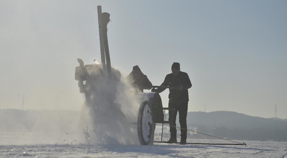 """这些人中多数为农民,夏天除了干好农活外,多数在外打工,""""冬天没啥事了,就出来采冰,不出来浑身不舒服。"""""""