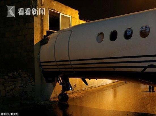 飞机被吹出跑道 机头嵌进墙内