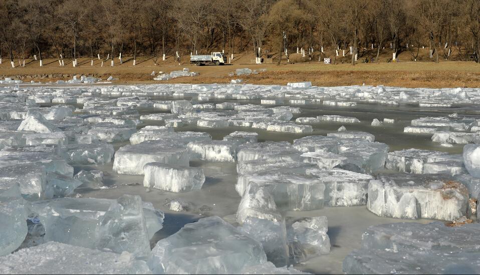据了解,东北地区的采冰人一年也就能干一个月左右时间的活,日工作十三四个小时,一个月收入能达一万多元。