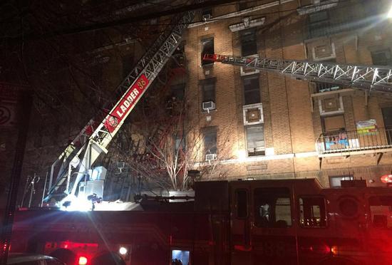 纽约公寓楼突发大火致12死 包括一名婴儿