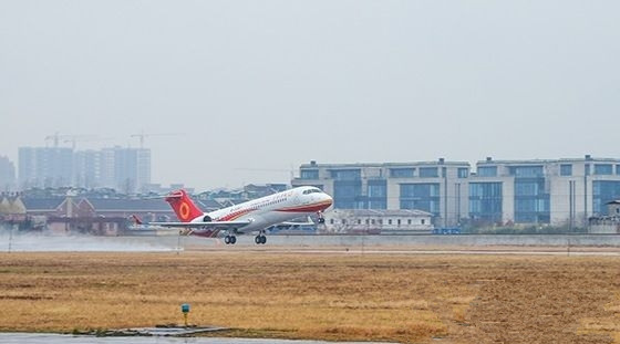 第四架国产飞机ARJ21成功交付成都航空公司
