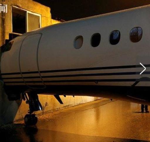 私人飞机被吹出跑道 一头撞进办公楼大墙