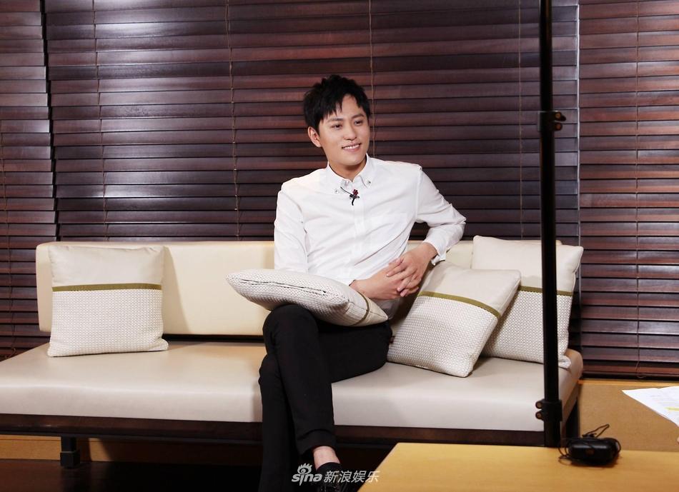 秦俊杰怒怼经纪人:公布恋情没什么可避讳的