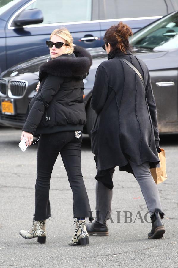 2017年12月24日,艾玛·罗伯茨 (Emma Roberts) 纽约外出