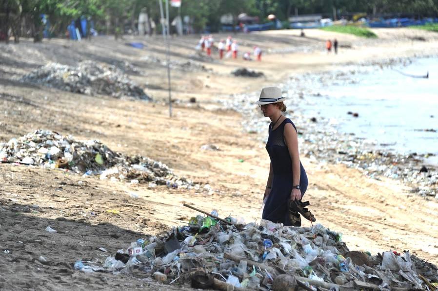 但是包括库塔海滩在内的巴厘岛黄金海岸线如今却被堆积成山的垃圾包围。