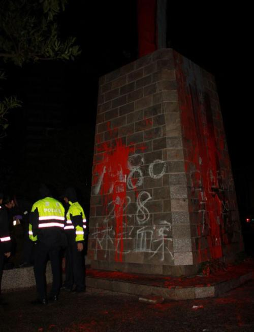 台湾总统府大门遭泼漆 警方已带走四人