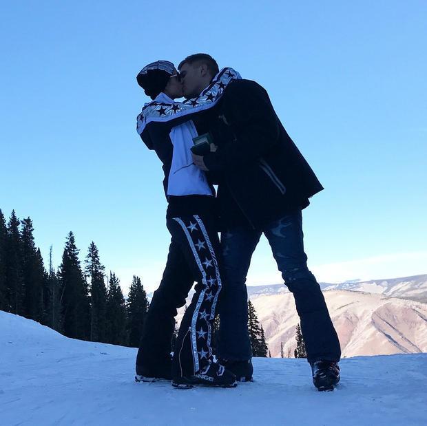 希尔顿与男友雪地拥吻。