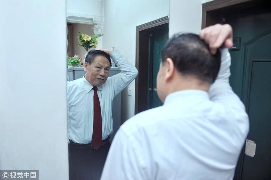 2013年12月14日,乌鲁木齐,王正廉出门喜欢穿正装。每次出门前,他定要照镜子,对着镜子看看自己的面部表情是否柔和,检查自己的衣装,发型。