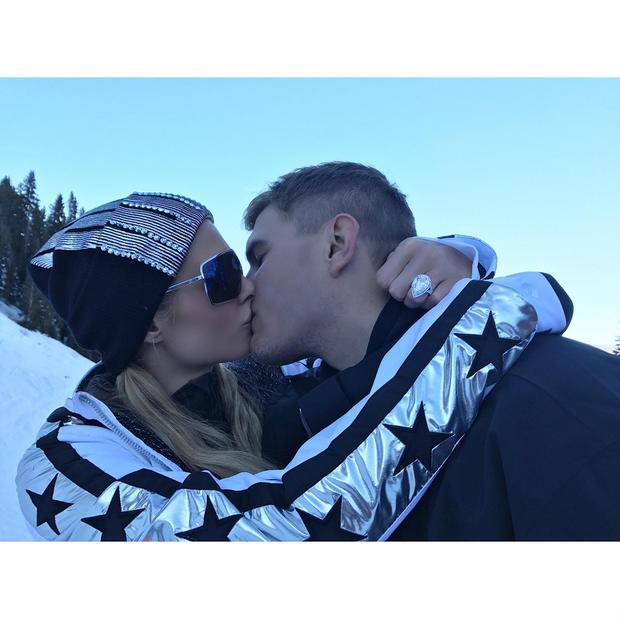 希尔顿与男友热吻。