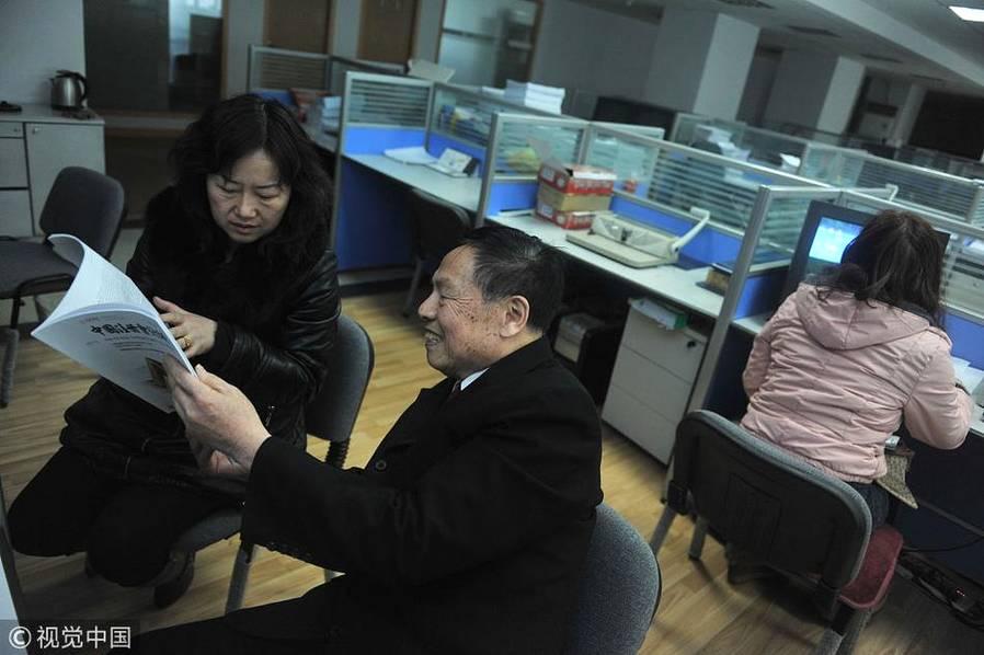 """2013年12月14日,乌鲁木齐,尚雪梅是王正廉的同事,两人经常一起周末加班,尚雪梅有不懂的问题向王正廉请教,""""他是我们公司的百事通达人""""尚雪梅说。"""