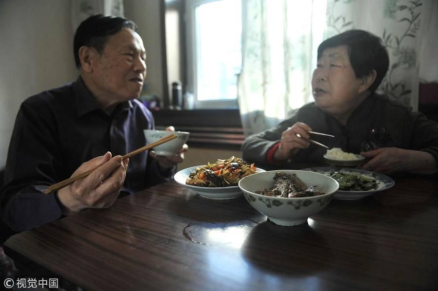2013年12月14日,乌鲁木齐,老伴高天霞做好饭,两人一起吃早饭。王正廉祖籍湖南,高天霞祖籍上海,两人吃饭口味差距较大,而多年来,这样的饮食差距,也逐渐在两位老人的生活当中消失。