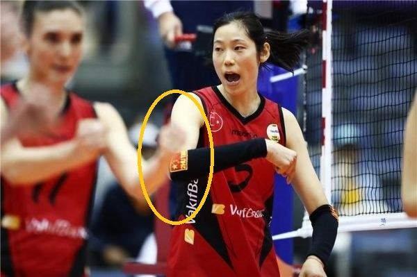 其实,朱婷虽然征战在外,但是她那可爱国心却从未变过初衷,去年刚刚到土耳其女排打联赛时,朱婷场场带护腕出场,而在护腕上面就绣着一个中国国旗和朱婷在国家队的2号队服,据了解,这个竟然是朱婷在比赛闲暇之余自己一针一线缝上去的。