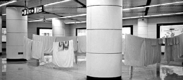 北京一地铁站内拉绳晾被 工作人员这样回应
