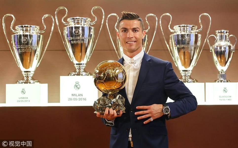 2016年12月12日,西班牙,2016《法国足球》金球奖,C罗四度当选,与奖杯合影。