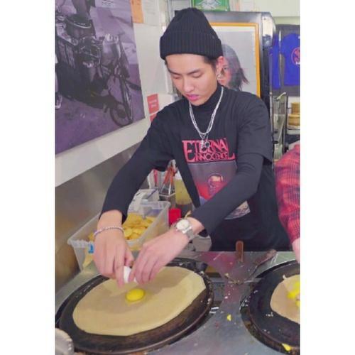介绍完之后,吴亦凡还亲自下厨做起了煎饼果子。吴亦凡摊的煎饼还不错。