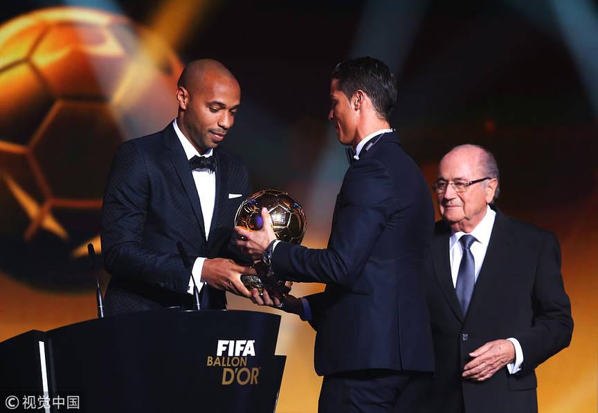 2015年1月12日,瑞士苏黎世,2014国际足联金球奖颁奖典礼在瑞士苏黎世国际足联总部举行,C罗获得2014国际足联金球奖,亨利为其颁奖。