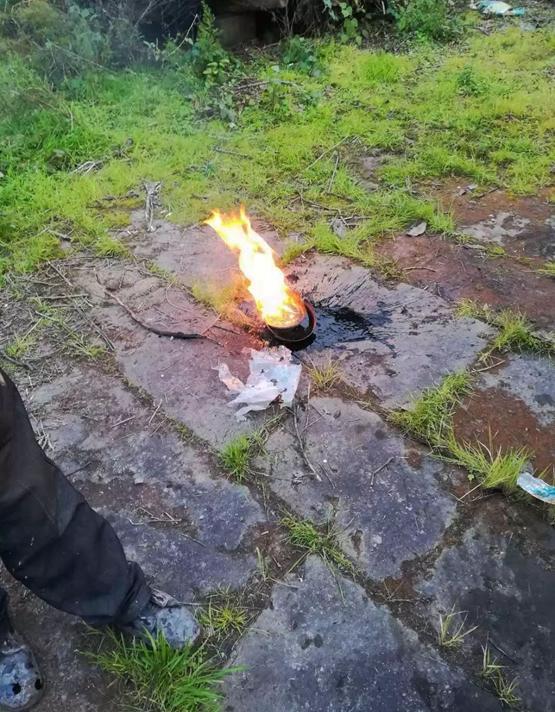 """黑色液体可点燃,村民以为是""""石油""""。"""