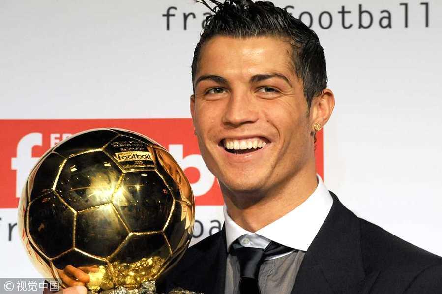 2008年12月7日,法国,2008欧洲金球奖颁奖典礼,C罗夺奖手捧奖杯庆祝。