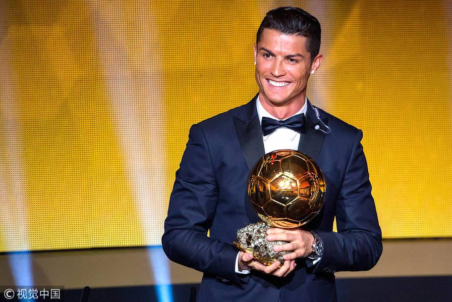2015年1月12日,瑞士苏黎世,2014国际足联金球奖颁奖典礼在瑞士苏黎世国际足联总部举行,C罗获得2014国际足联金球奖。