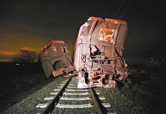 德火车撞不明物体致交通中断