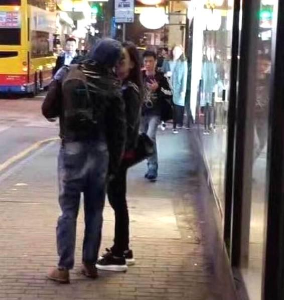 郭富城方媛街头亲吻 毫不在意路人的眼光大秀恩爱