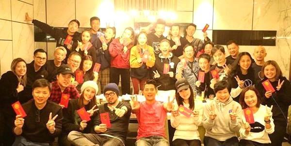 在昨天网友曝出的郭富城工作室新年聚餐的照片里,郭富城和方媛甜蜜同框。
