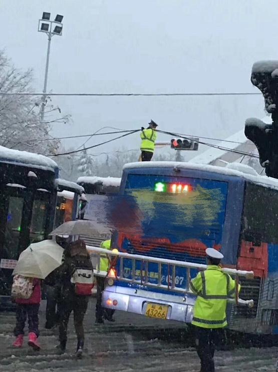 从合肥市交警部门了解到,当日7时许,合肥市庐阳区蒙城路与沿河路口电缆掉落,阻碍车辆通行,为保证车辆正常通行,民警临时拦停了一辆最近的公交车,并爬上公交车将电缆托起,做起了临时支架。